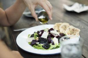 El aceite de oliva virgen extra nos aportará un toque sabroso y aromático y hará que las verduras y las ensaladas todavía nos apetezcan más.